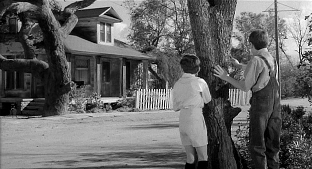the resemblance between tom robinson and boo radley in to kill a mockingbird Describe the character of boo radley in to kill a mockingbird tom robinson's trial & death in to kill a kill a mockingbird: character, analysis & quotes.